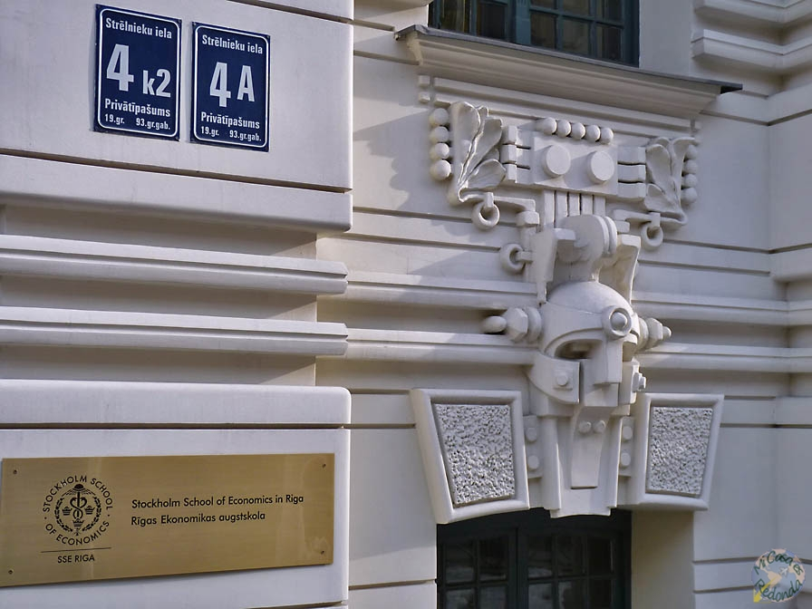 Casco mecanicofuturista, Riga