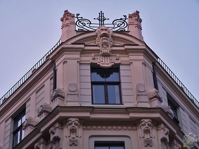 El mono que todo lo ve, Riga