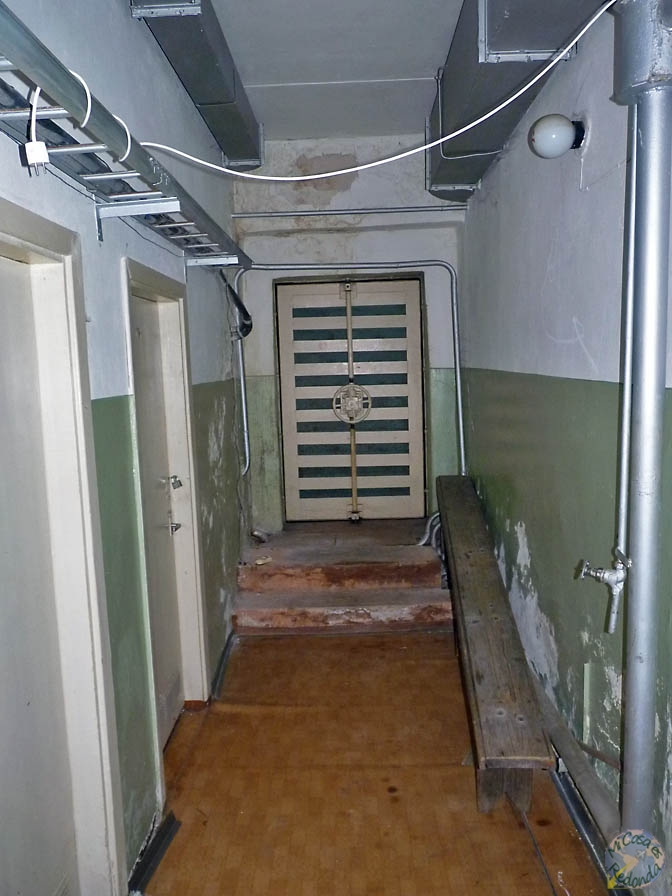 Puertas de seguridad en el bunker, cerca de Ligatne