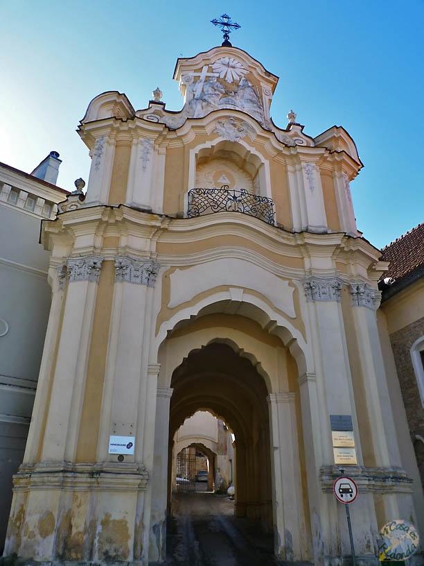 Iglesia con calle dentro