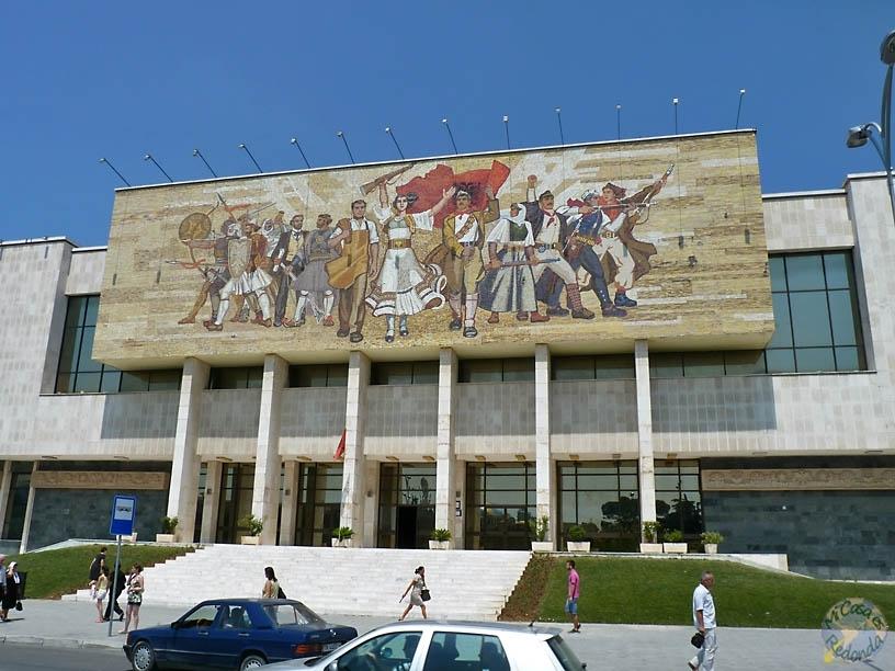 Imponente mural, en el museo de Historia Nacional de Tirana