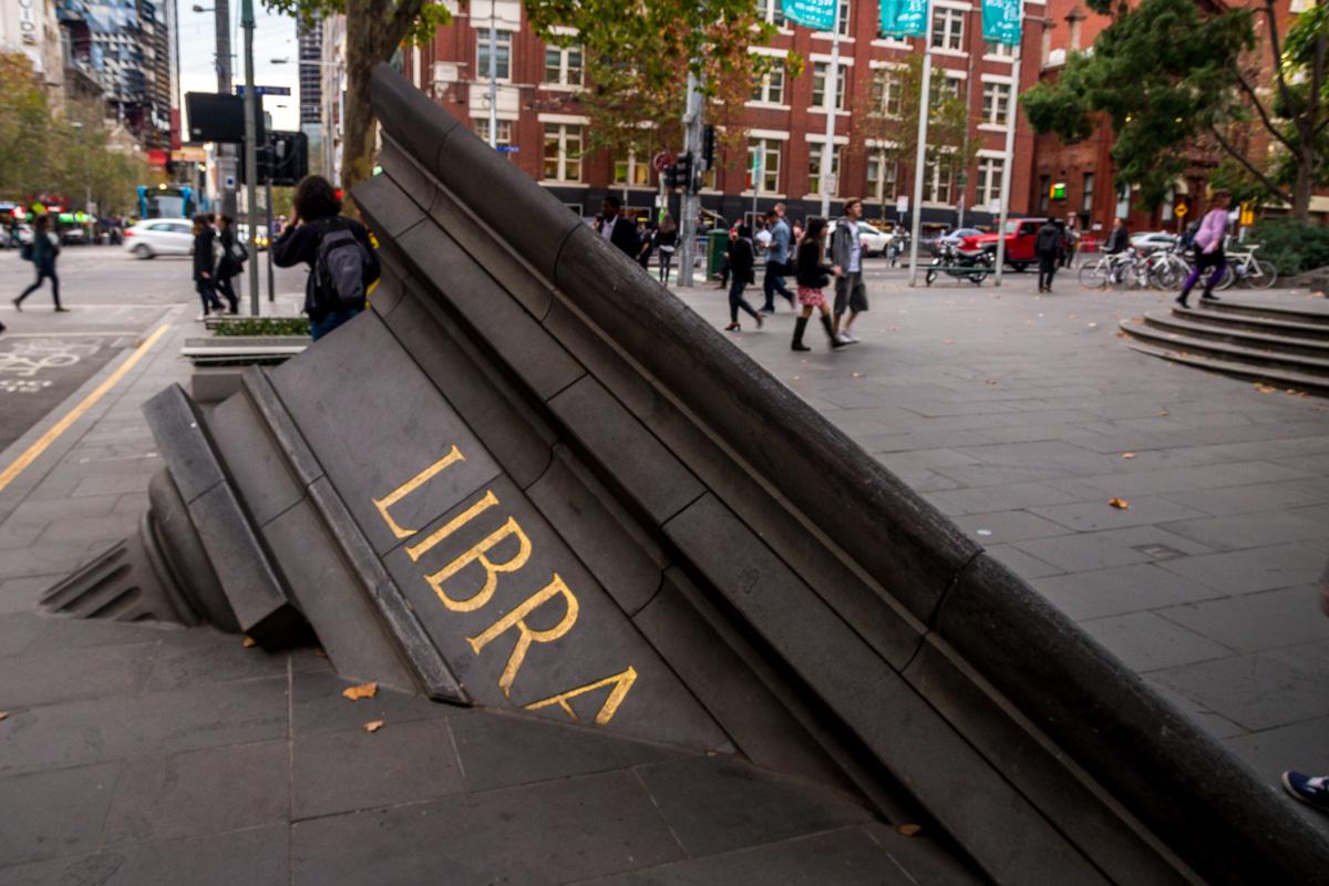 Escultura junto a la biblioteca de Melbourne