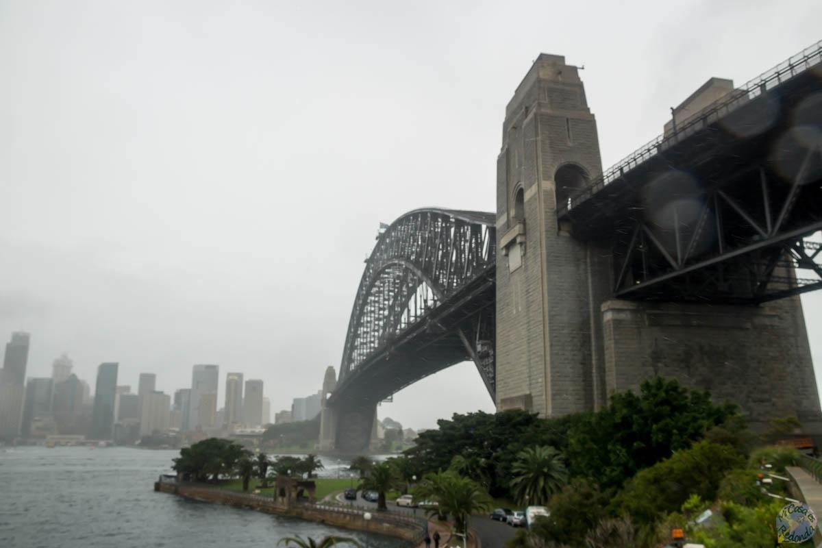 Día lluvioso, el Puente de la Bahía de Sydney desde la orilla norte
