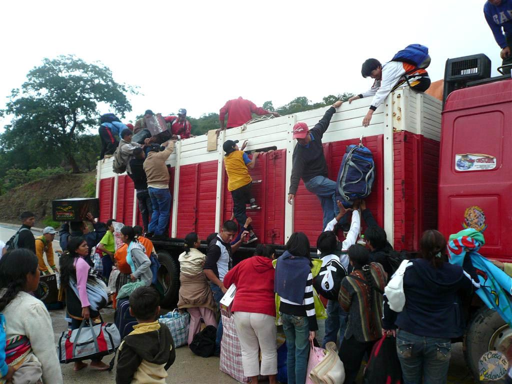 El camión que conseguimos que nos llevara, junto con todos los bolivianos