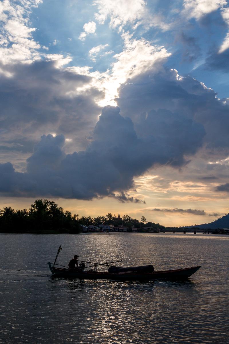 Barqueros en Kampot