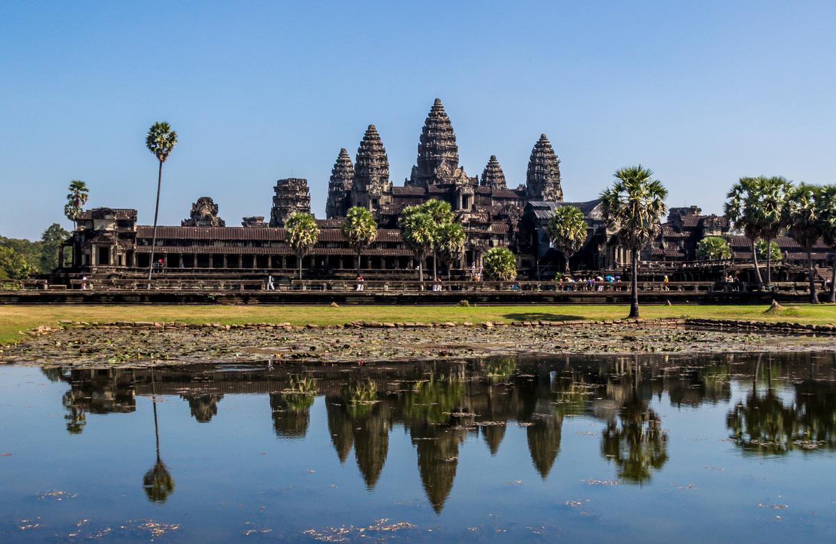 Angkor Wat, con el sol ya en lo alto