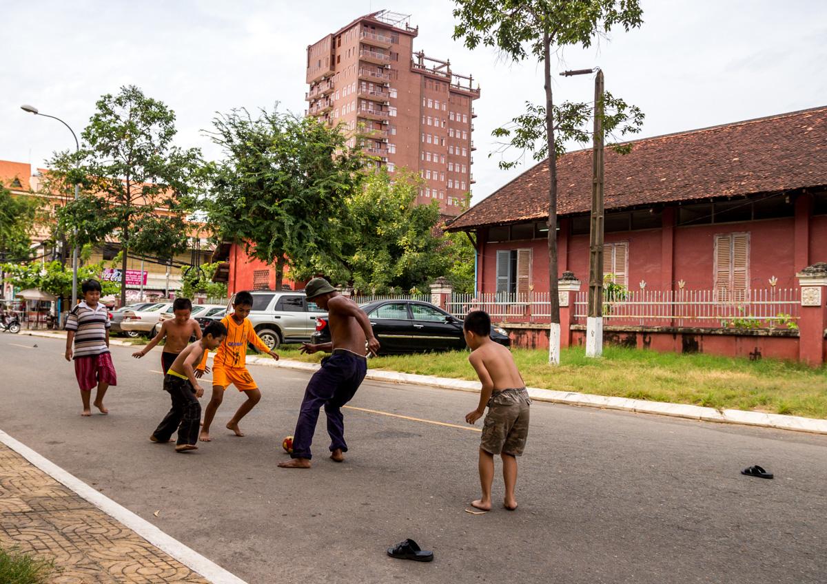 Fútbol callejero en las calles de Phnom Penh