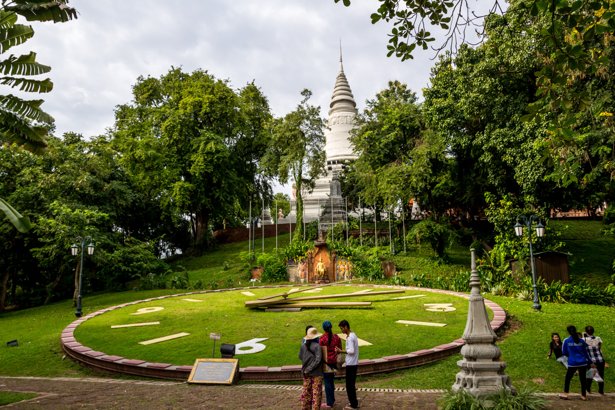 Reloj gigante en el Wat Phnom