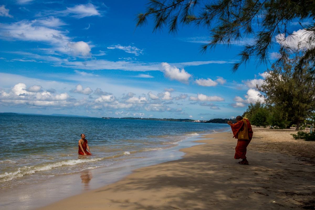 Monjes budistas haciéndose un album de fotos, Otres Beach