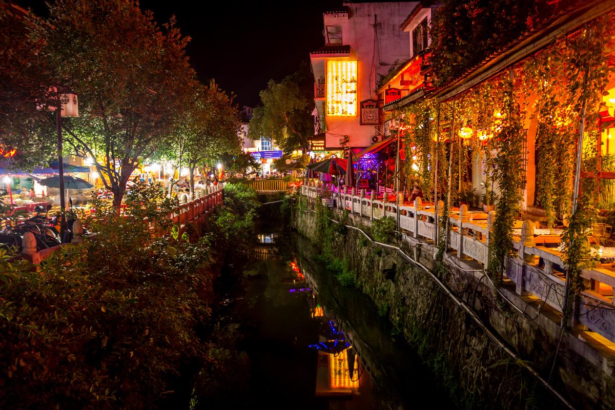 Pequeños canales atraviesan el pueblo, Yangshuo