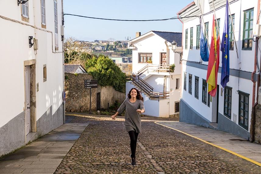 Carol paseando por Castropol