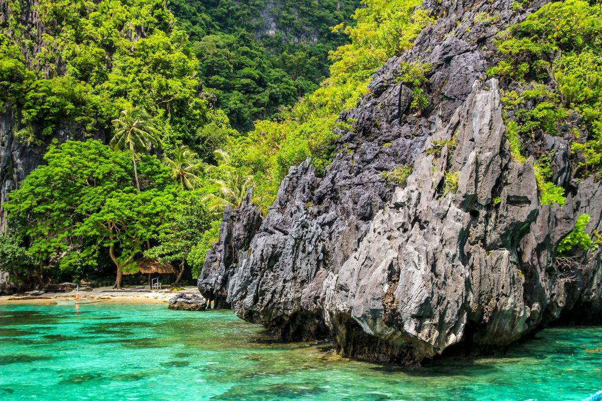 Sacando punta a las rocas, Bahía de Bacuit