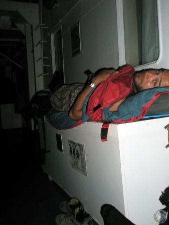 Ferry nocturno, nuestra cama era el arcón que guardaba los salvavidas