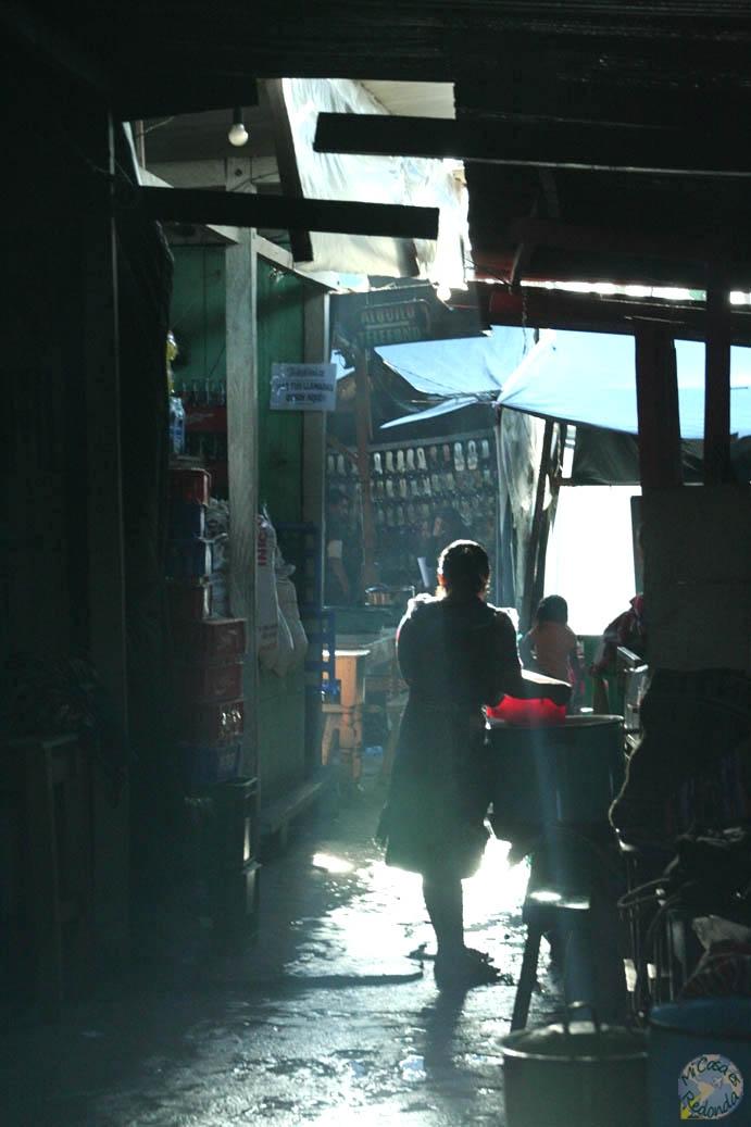 Los rayos de sol se filtran a través del mercado