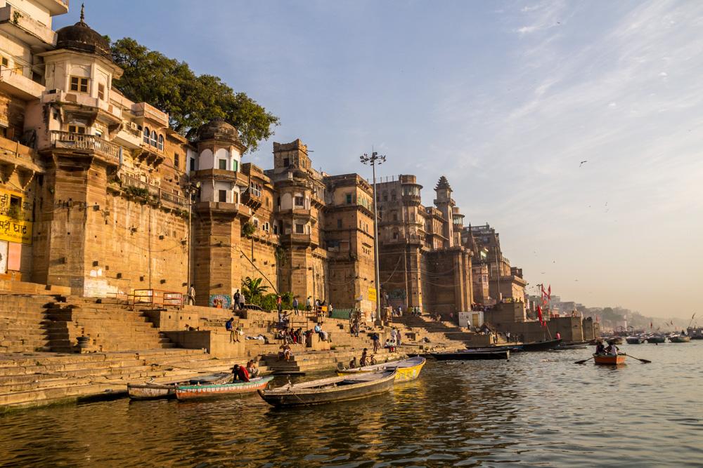 Imponentes construcciones junto al Ganges