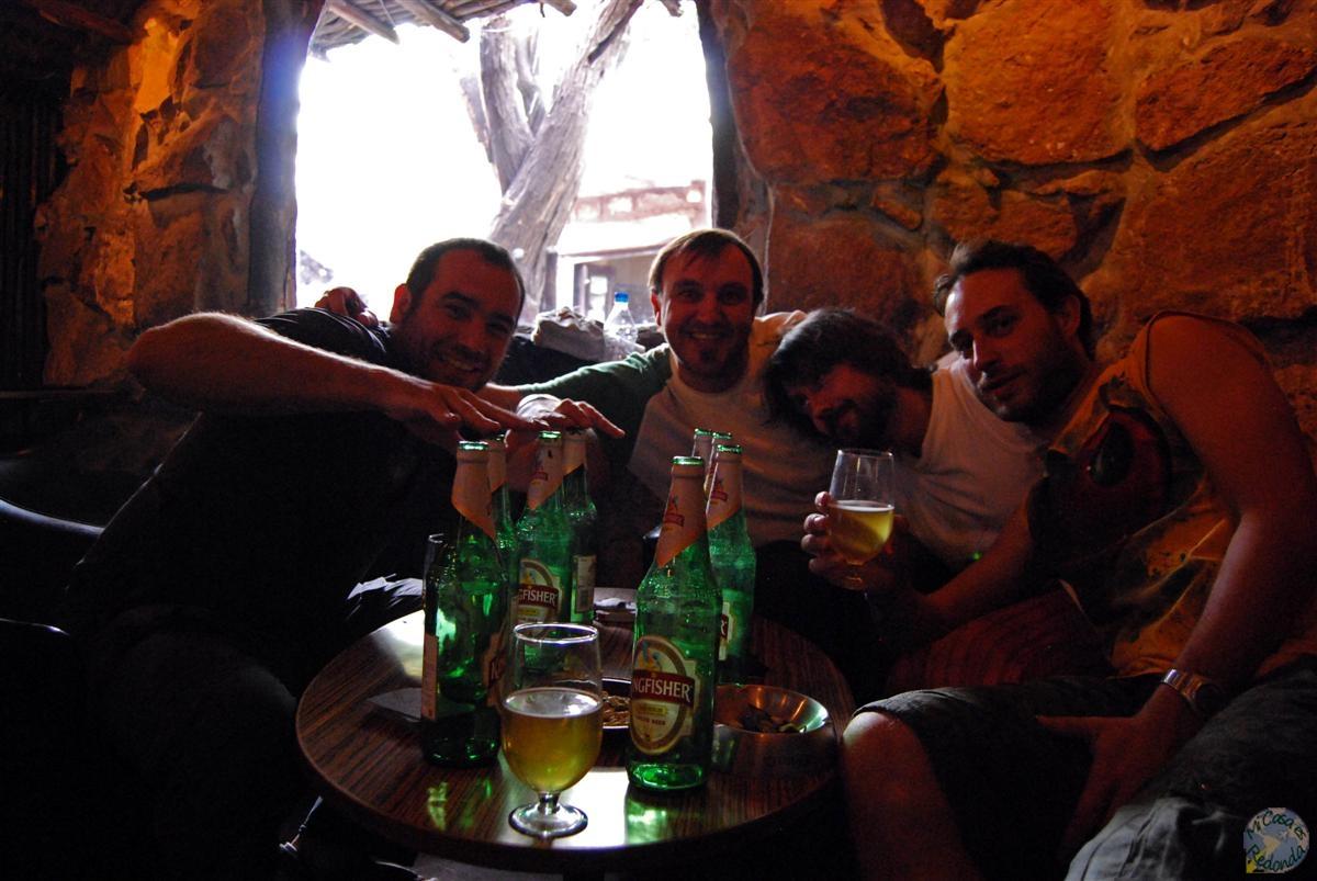Resguardándonos del calor en el único bar con A/C que encontramos