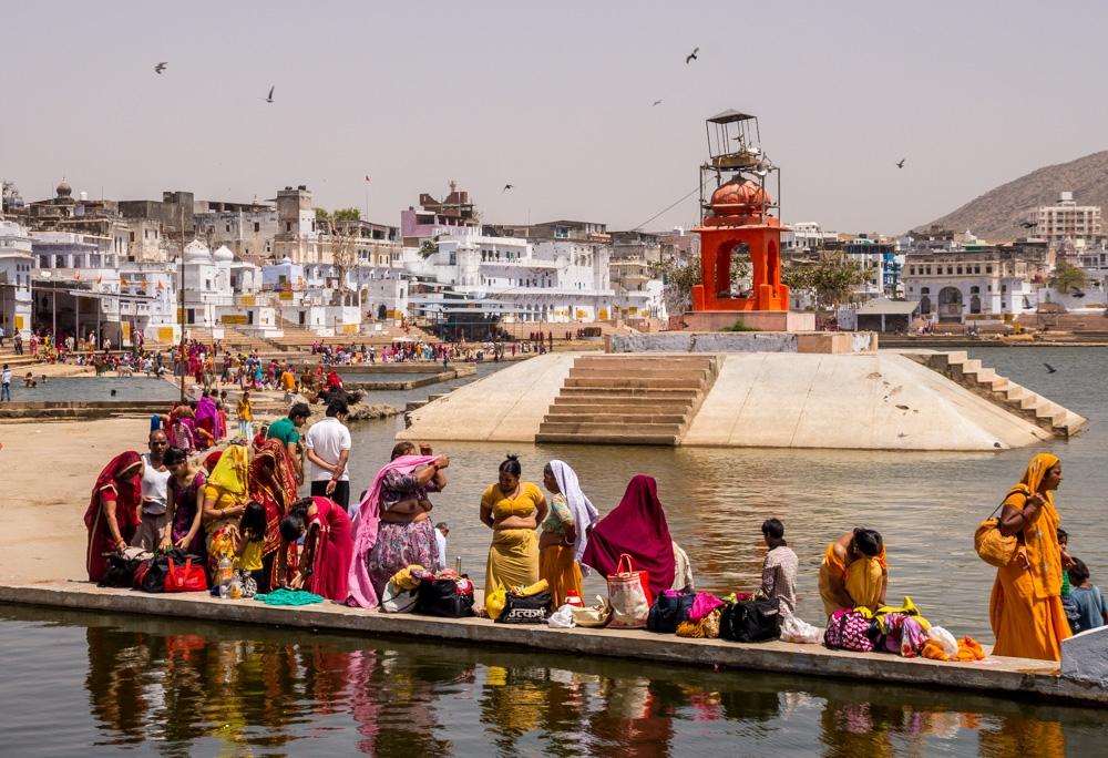 Ofrendas y baños en los ghats de Pushkar