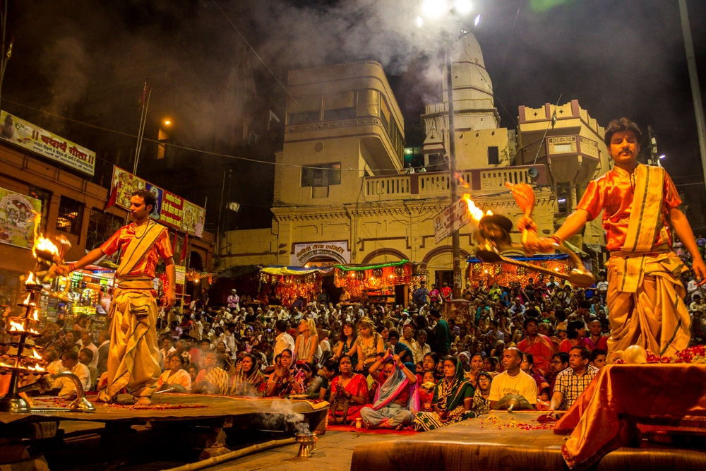Todas las noches hay una muchedumbre viendo la ceremonia, Varanasi
