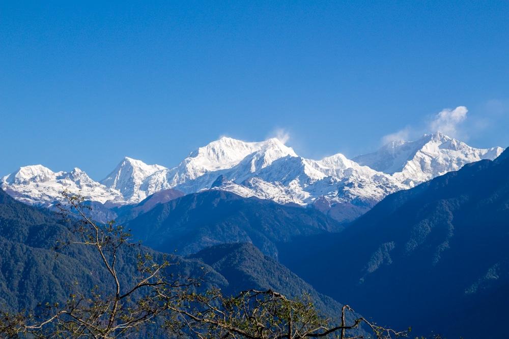 Día soleado con el Kanchenjunga (el de la derecha)