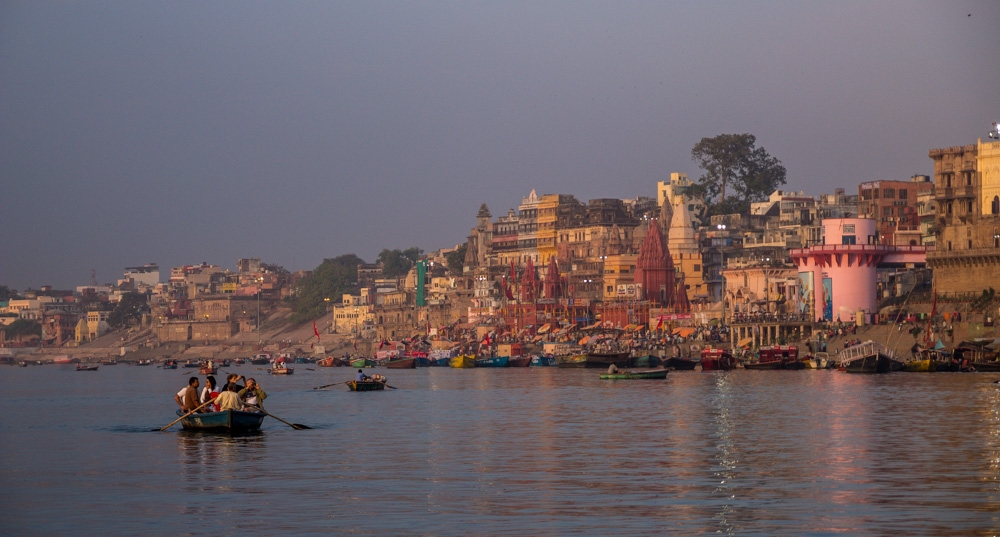 Neblina sobre el Ganges en Varanasi