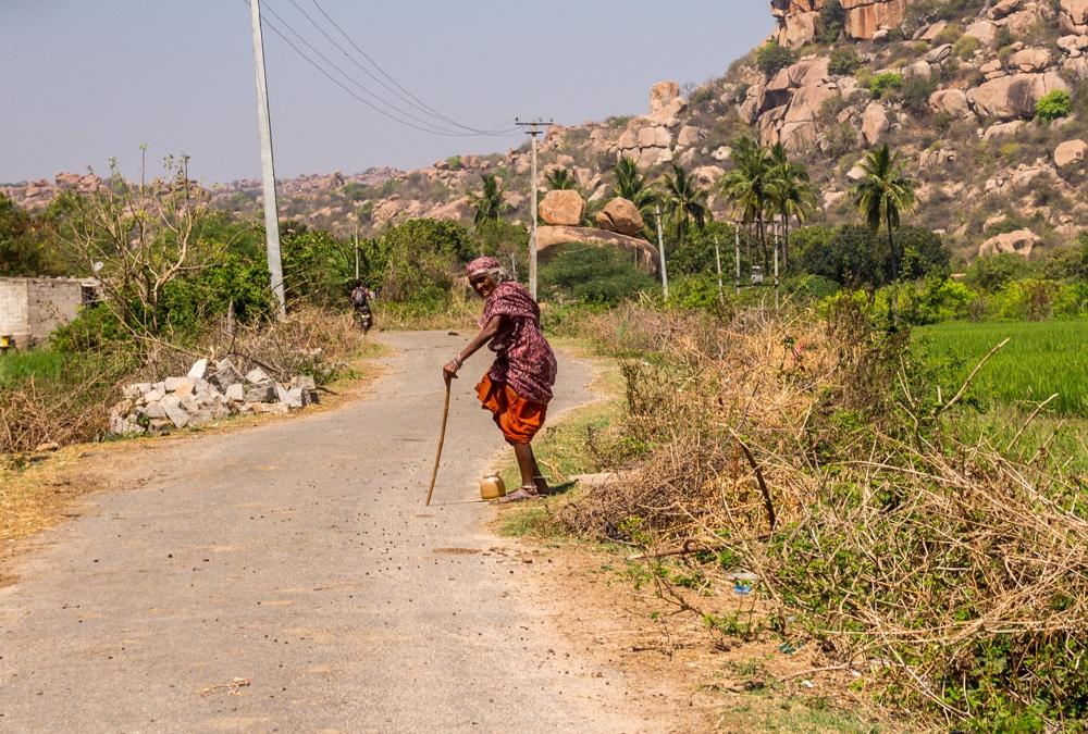 Señora en el camino