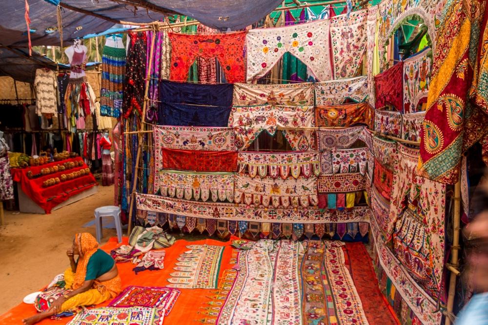Los puestos el mercado de pulgas, Anjuna, Goa