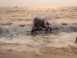 Intentado sobrepasar las fuertes olas de la orilla. Anjuna, Goa