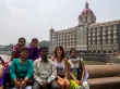Con una familia frente al Taj Mahal hotel, Mumbai