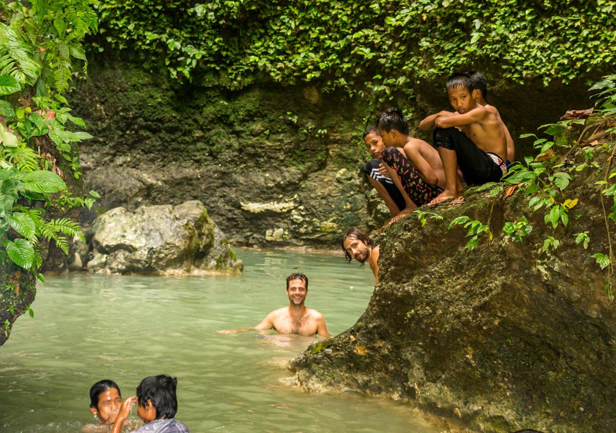 Con los niños bañándonos en las pozas de Wakai, Togean