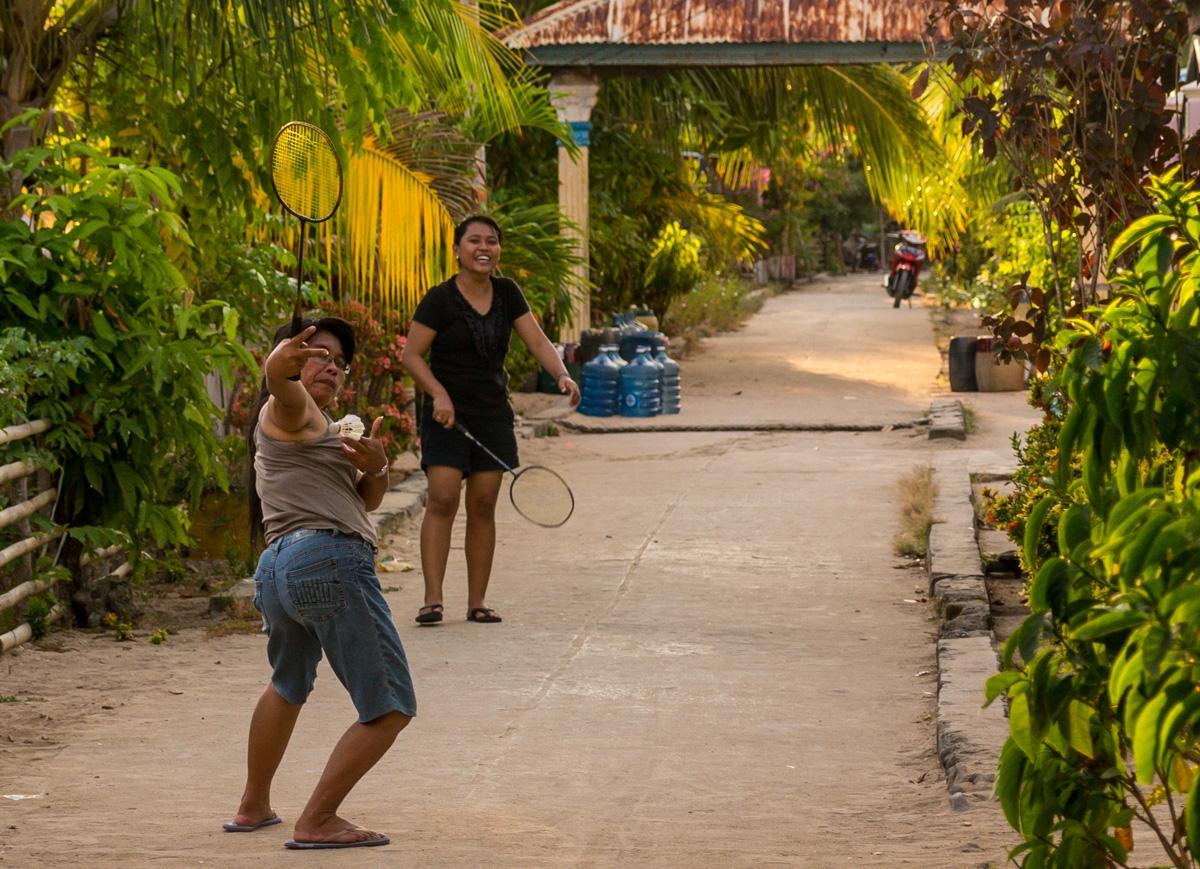Señoras molonas jugando al badminton en las calles de Bunaken, Sulawesi