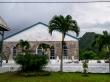 Iglesias en la única carretera de la isla, Rarotonga, islas Cook