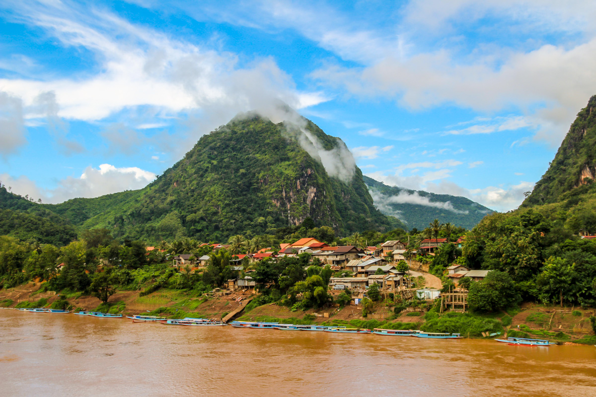 El cielo azul se abre paso en Nong Khiaw