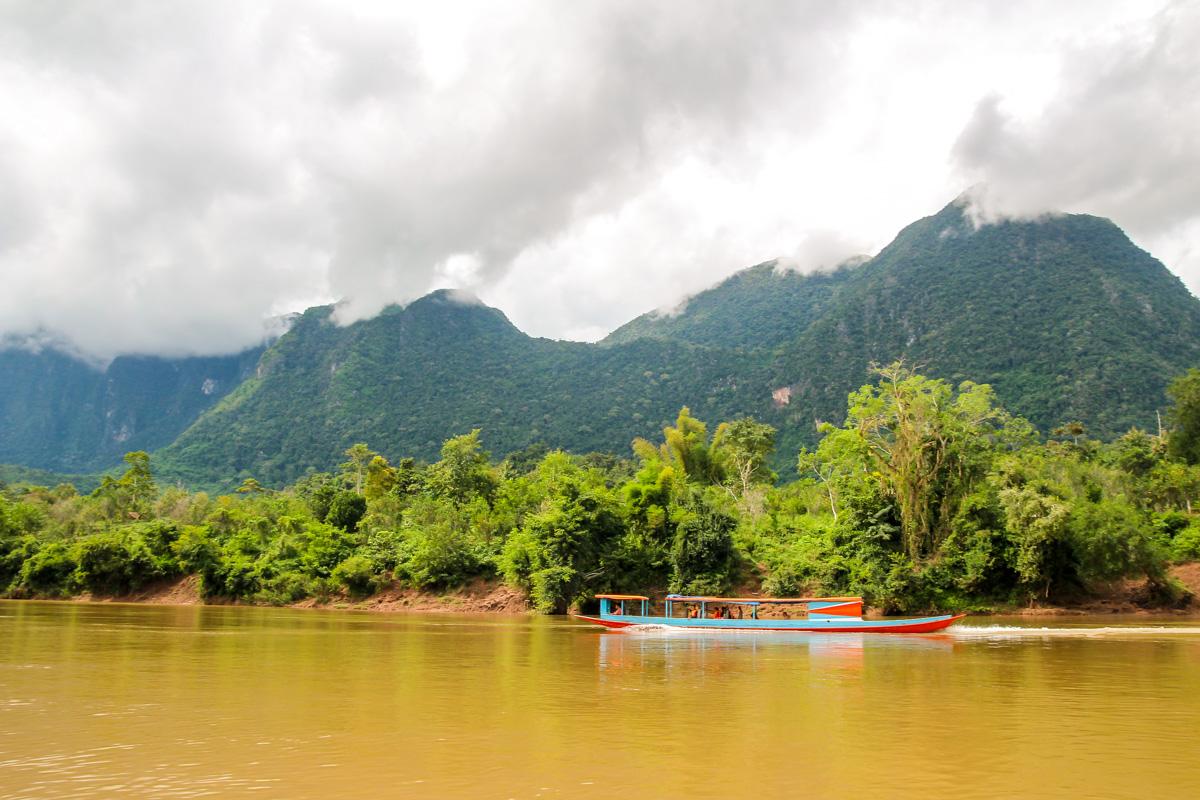 Barcas que suben y bajan el río Ou