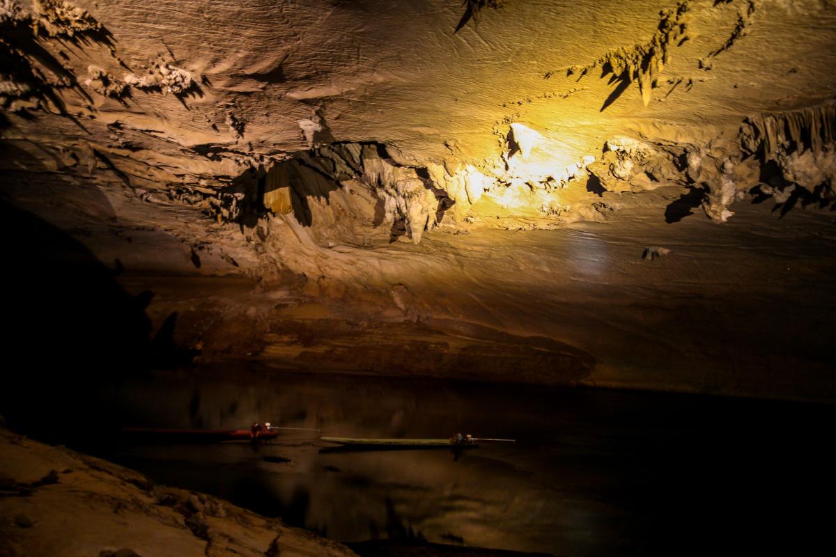 Barcas en el río subterráneo de la cueva de Kong Lor