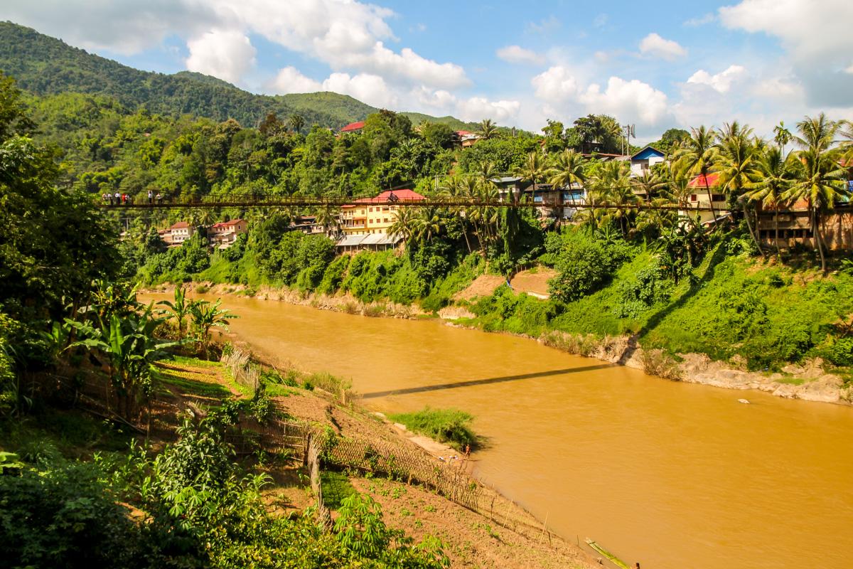 Muang Khua, con su puente de tablones de madera