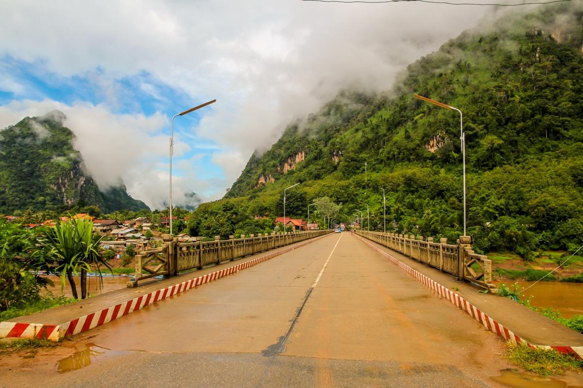 El puente une las dos mitades de Nong Khiaw