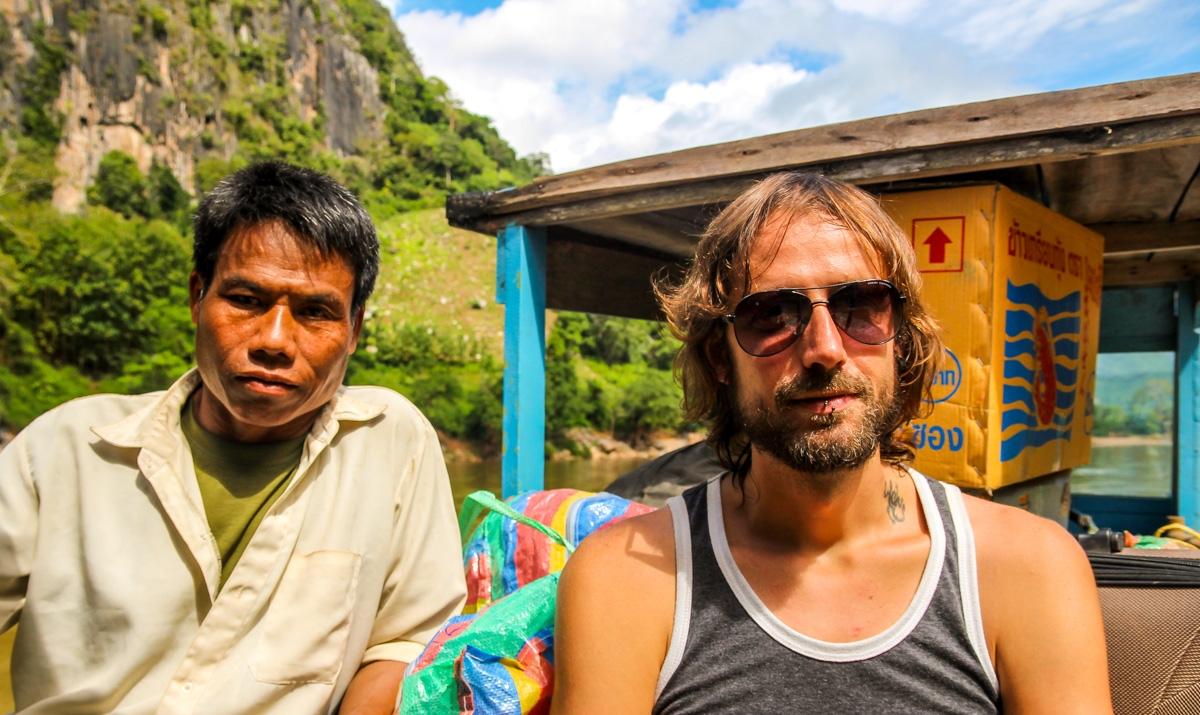 Con mi compañero laosiano en business class de la barca (el business de las cajas)