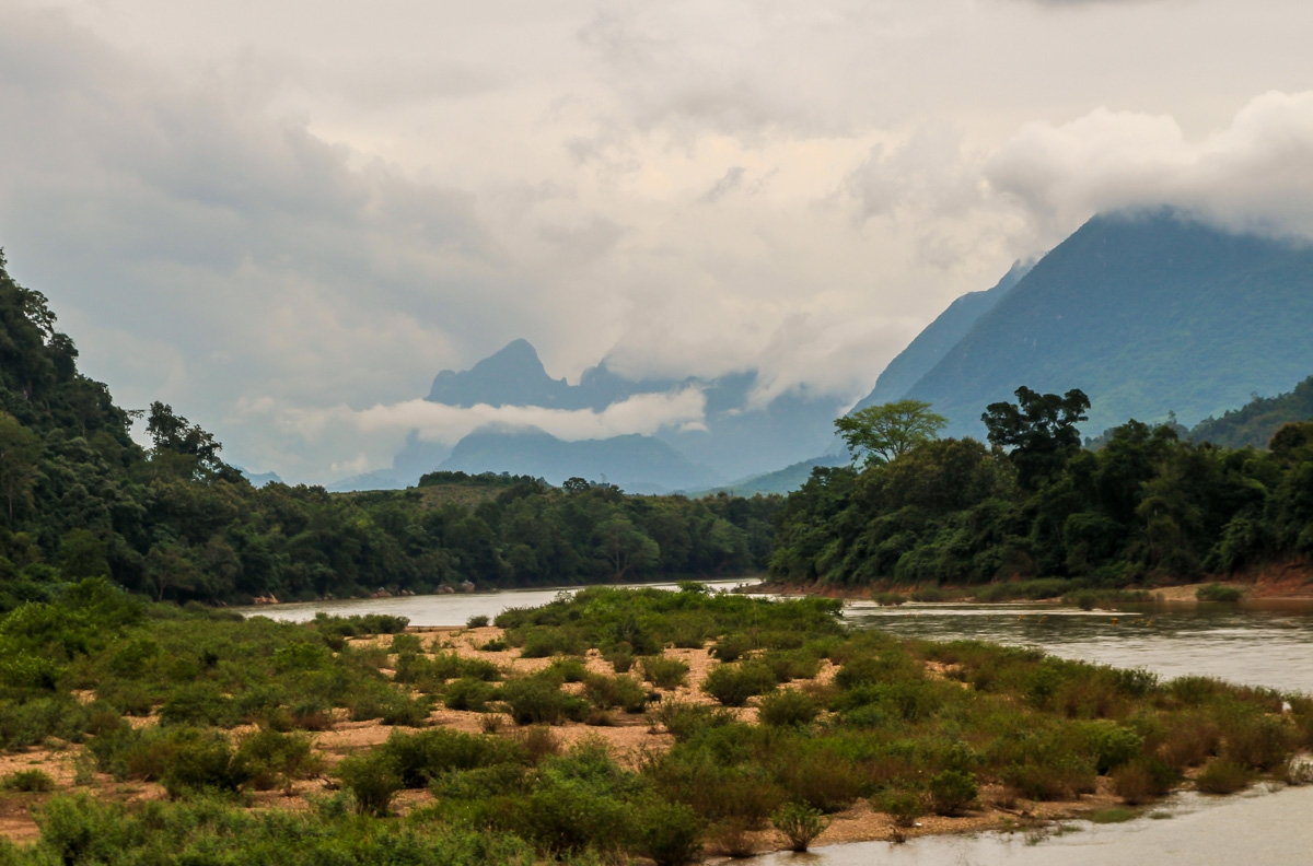 Paisaje rivereño en Muang Ngoi