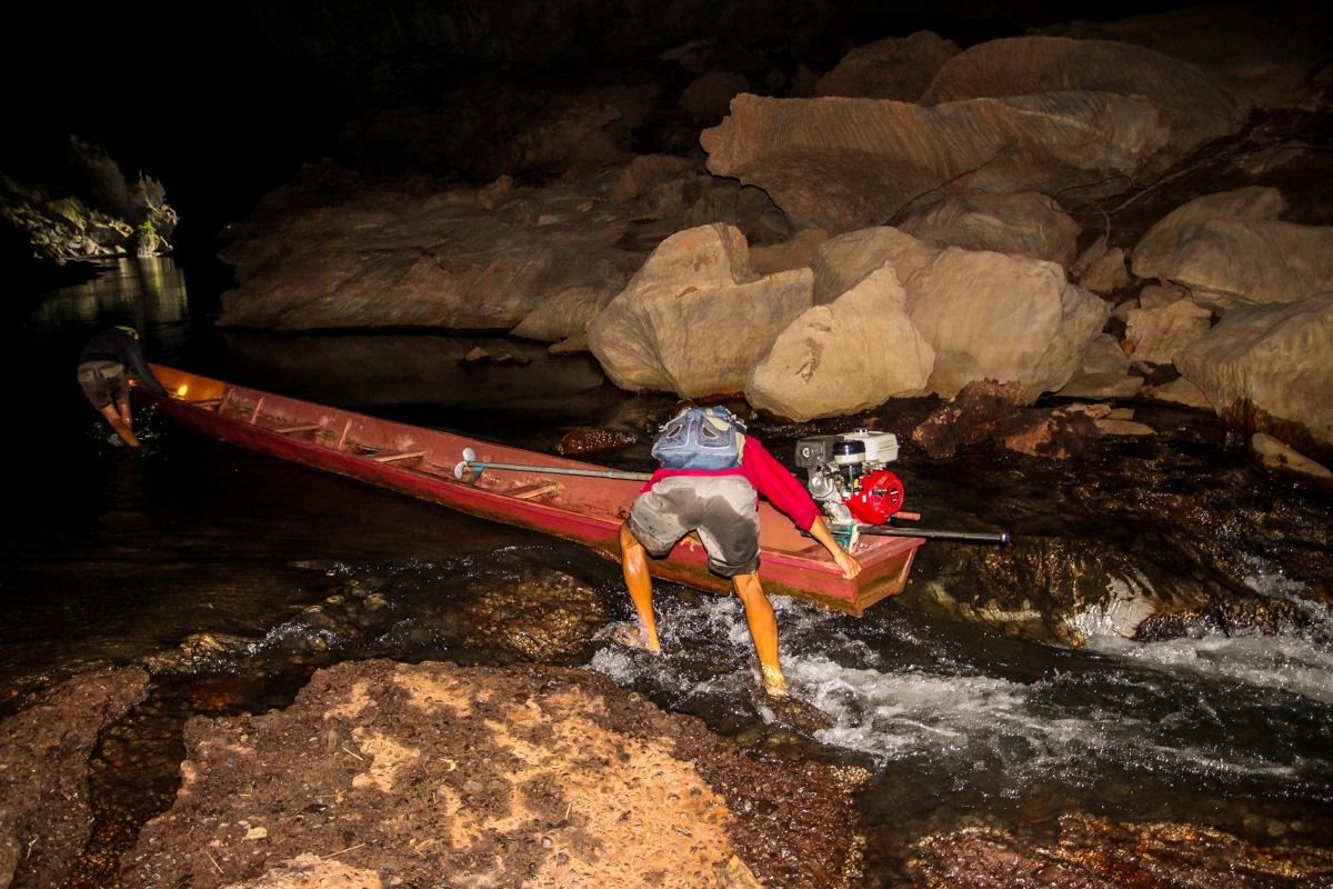 Remolcando la barca en los rápidos, Kong Lor cave