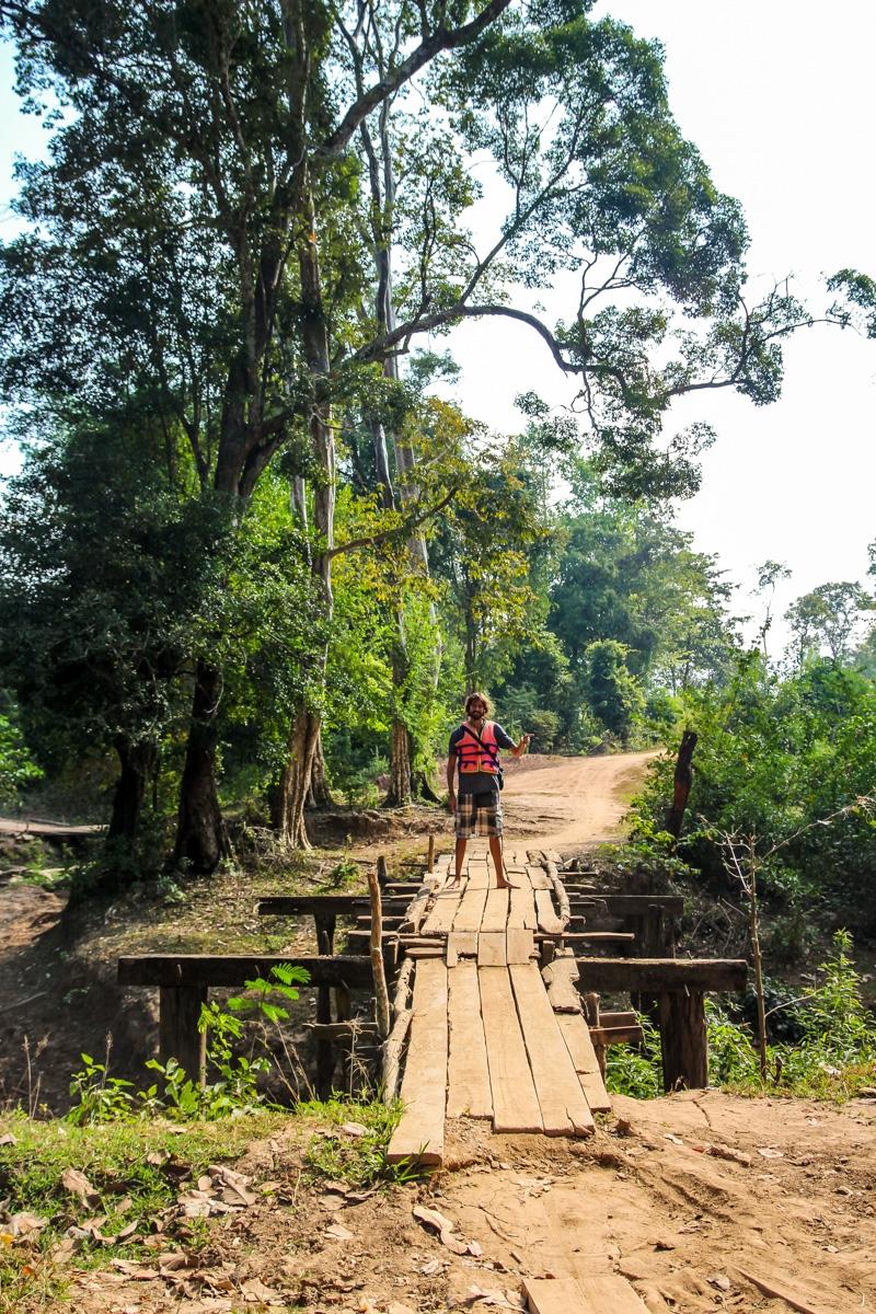 Puentes rústicos junto a Kong Lor
