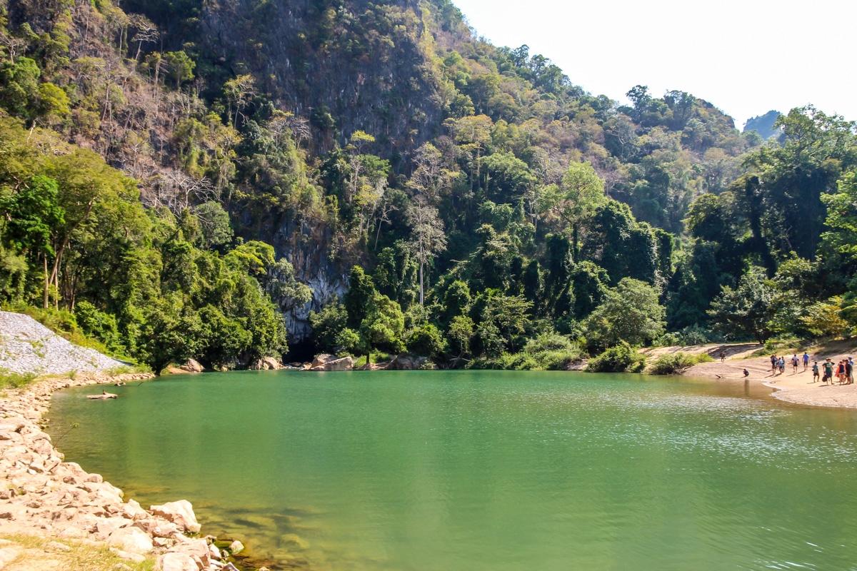 La laguna a la entrada de la cueva de Kong Lor