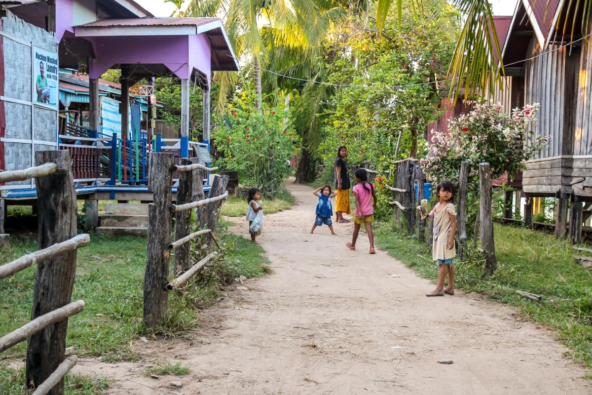 Niños jugando en Don Det