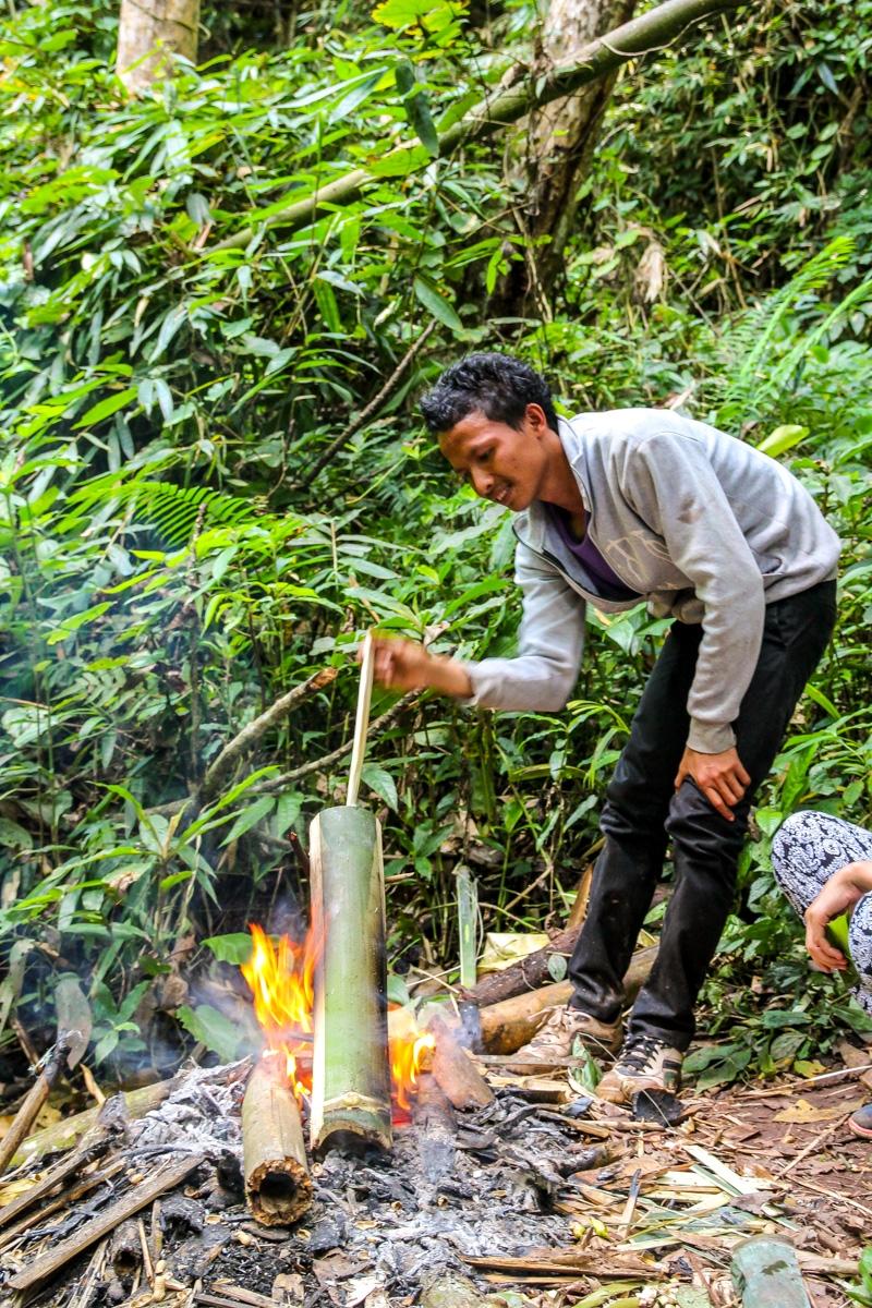 Preparando la sopa en el bambú