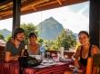Con Julian y Nadine, intercambios de historias e información, Nong Khiaw