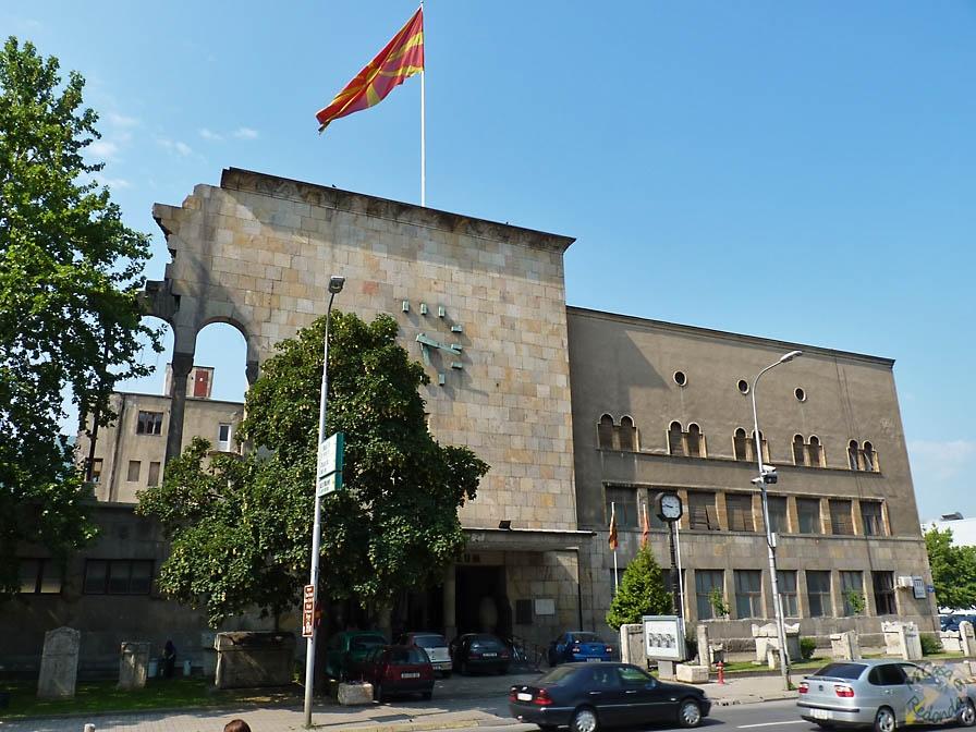 La entrada al museo antes mencionado, en Skopje