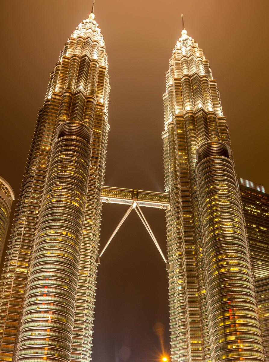 La noche se cierne sobre las Torres Petronas, Kuala Lumpur