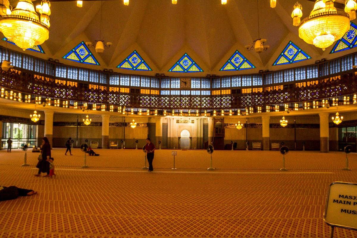 Interior de la gran Mezquita de Kuala Lumpur