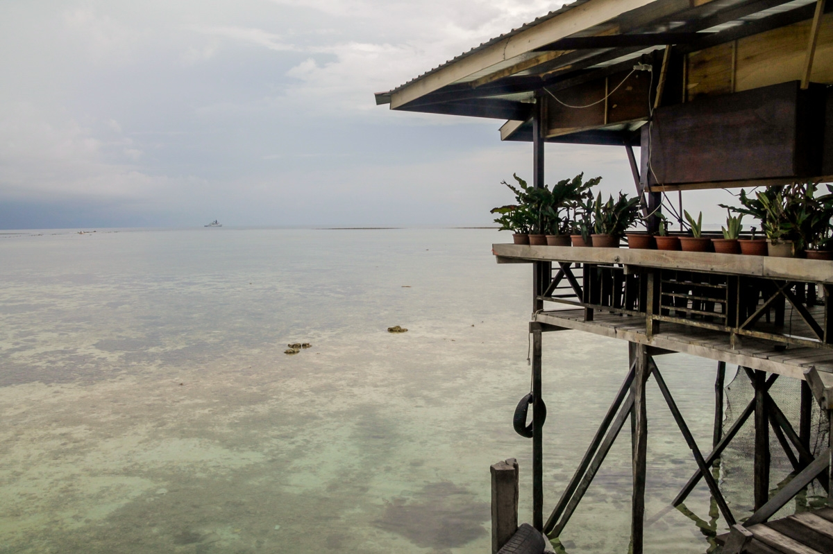 Mabul , sobre el extenso arrecife de coral