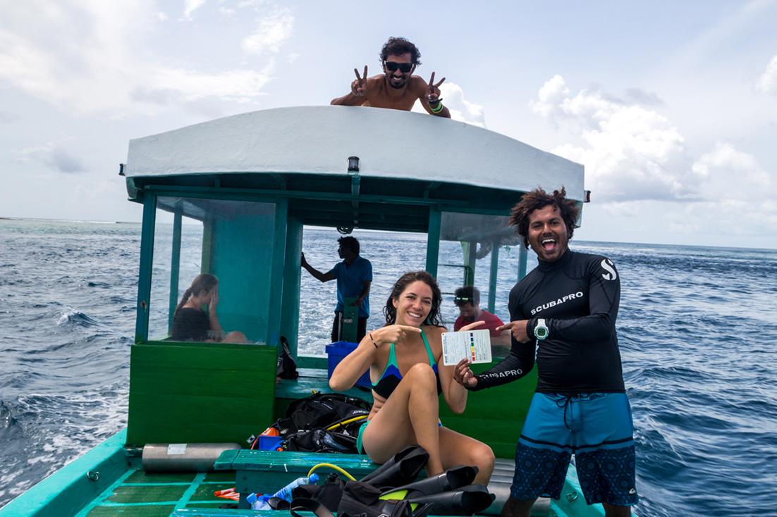 Carol preparándose para su primera Deep Dive. Guraidhoo, Maldivas