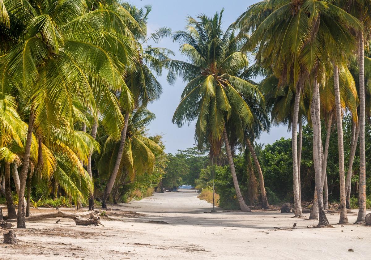 La calle que cruza Kaashidhoo de norte a sur, se ve el mar al fondo